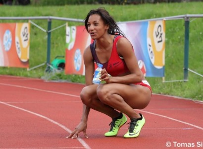 Il s'agit de Nafissatou Thiam, athlète belge, accroupie sur une piste d'athlétisme.