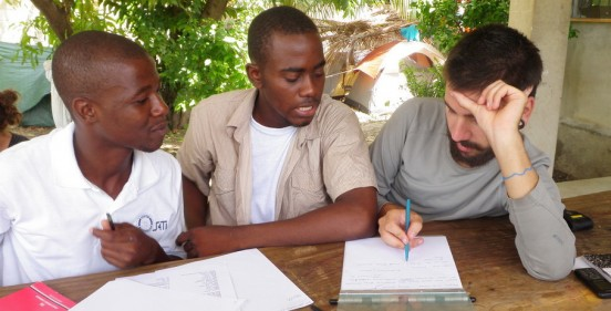 Il s'agit d'un étudiant aidant deux étrangers pour un devoir à réaliser.