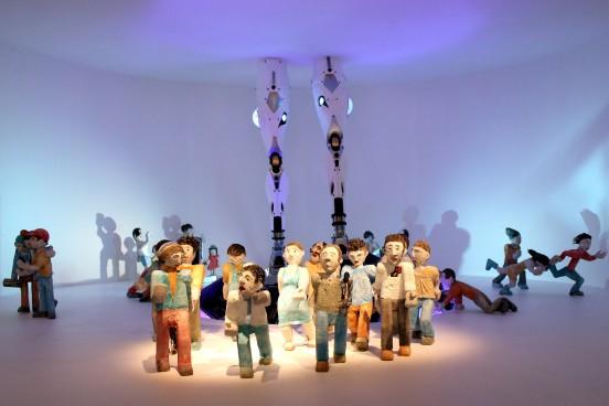 """Sculpture réalisée pour l'exposition """"J'aurai 20 ans en 2030"""" représentant des personnes s'enfuyant devant un robot."""