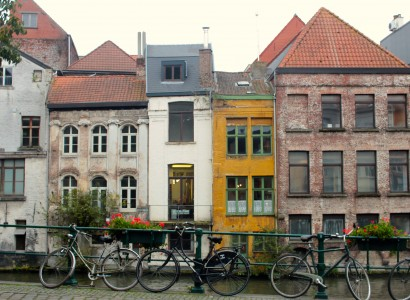 Facade de quatres maisons de Gand, devant un canal