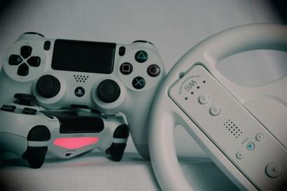 Plusieurs manettes de jeux video différents