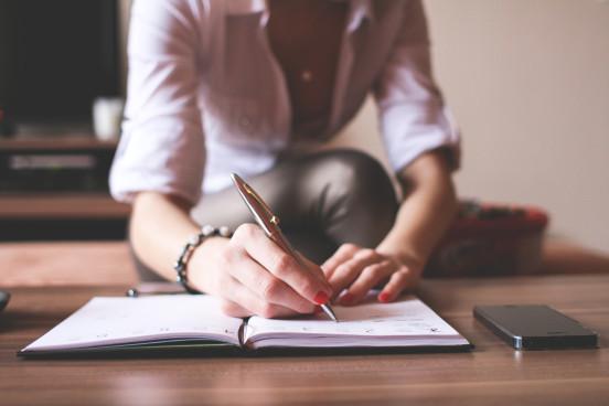 Femme écrivant dans carnet