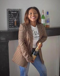 Image d'Orosca devant une cheminée avec une bouteille de Champagne