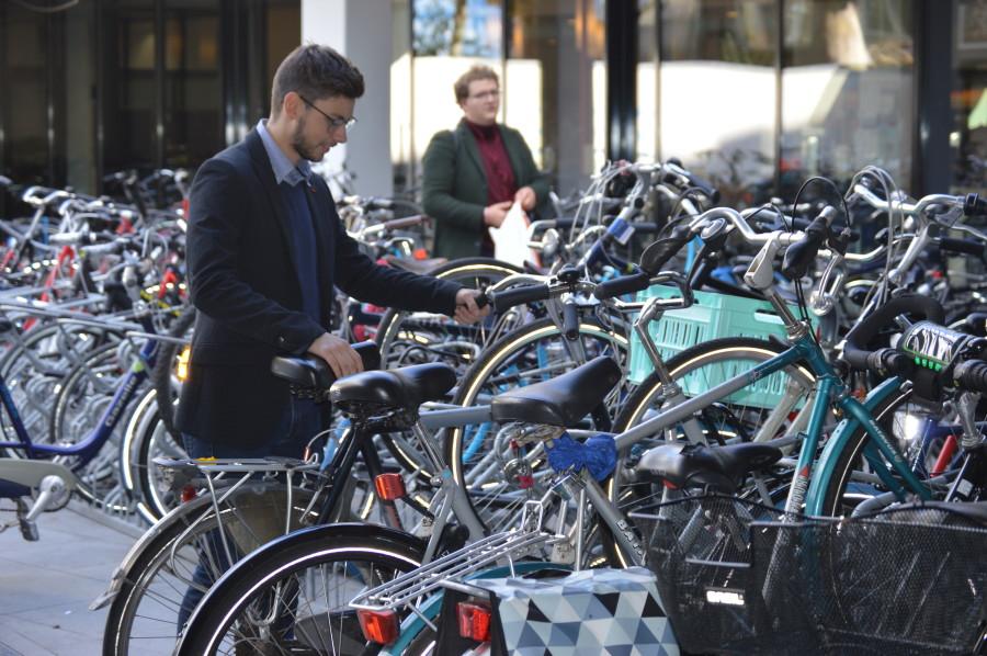 Homme près d'un vélo