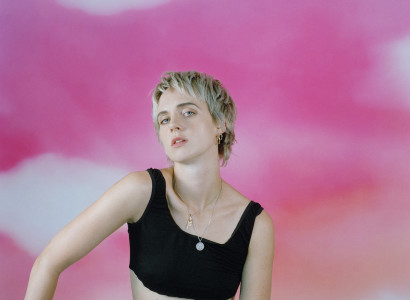 chanteuse MO fond rose nuageux