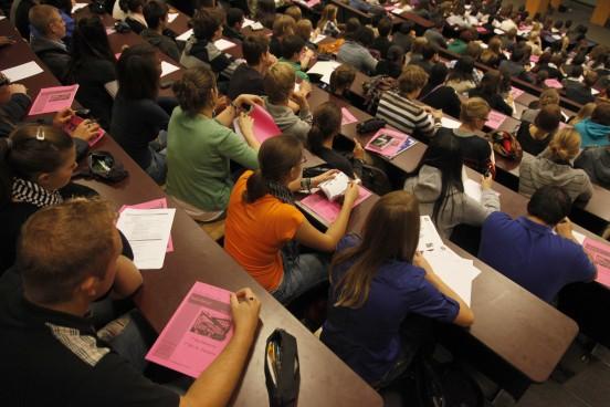 Etudiants en plein examen dans un amphi de l'ULg