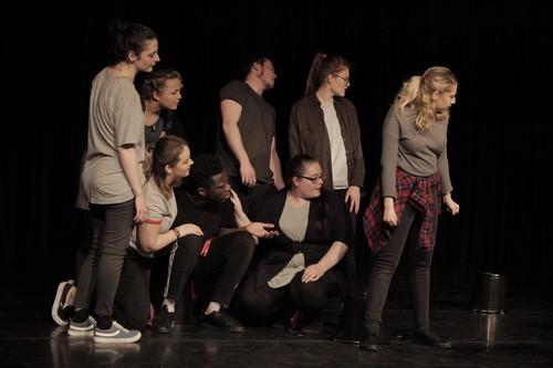 8 comédiens sur la la scène du Théâtre Universitaire Royal de Liège