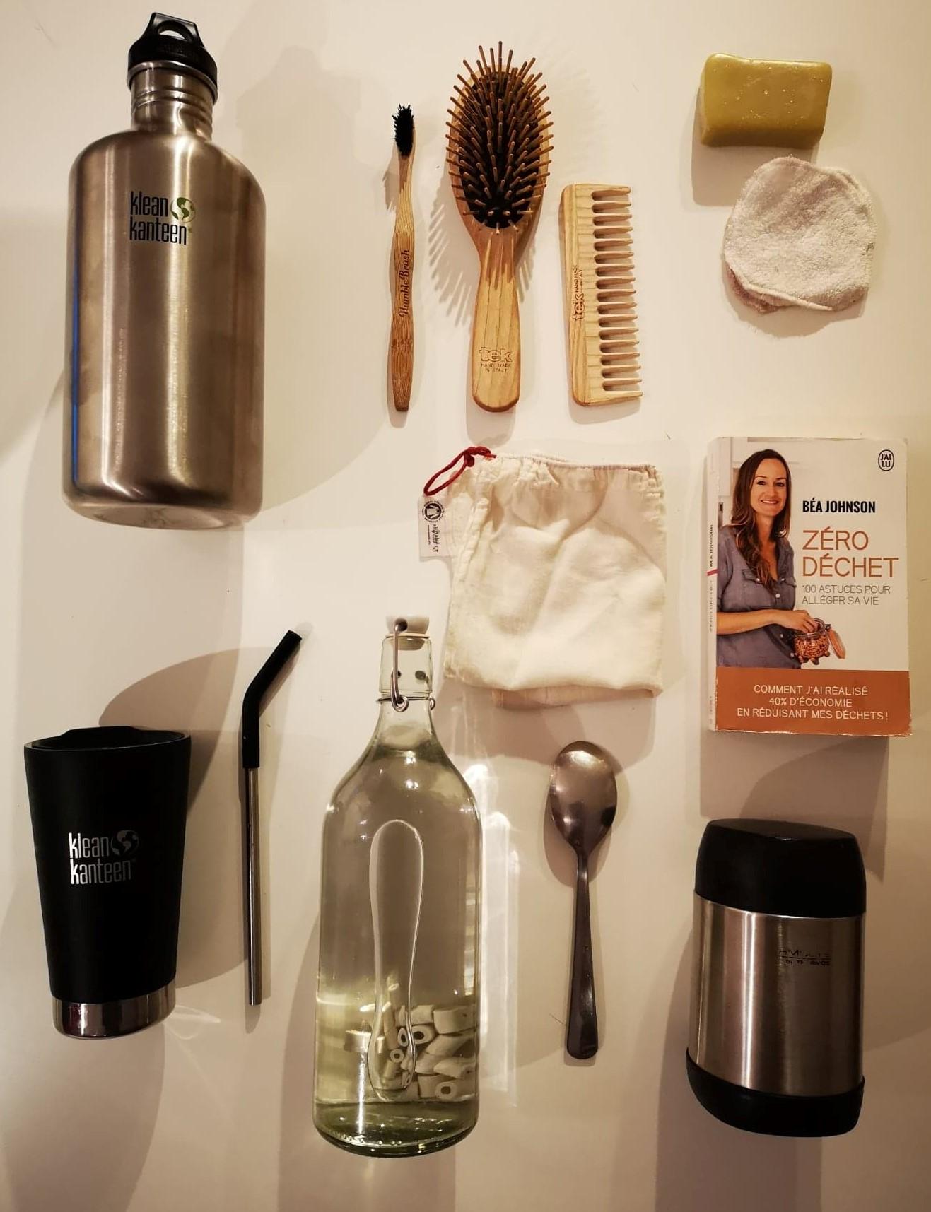 Kit zéro déchet (savon, cotons démaquillants, gourde, objets en bois, sacs à vrac... autant d'objets faciles à adopter !)