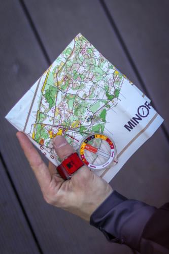boussole et carte pour se repérer lors de la course d'orientation