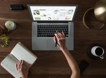 Photo d'un bureau avec ordinateur et carnet