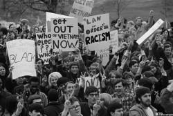 Des étudiants brandissent de nombreux slogans dénonçant l'envoi des soldats américains au Vietnam
